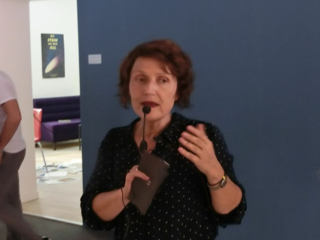 Fulya Erdemci während einer Führung