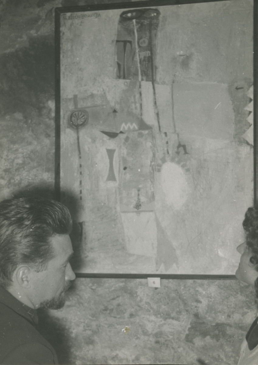 """Bischoffshausen vor Gemälde """"Der Mann mit dem Schmetterling 1954"""", um 1960 © Archiv Bischoffshausen, 2015, Foto: Belvedere, Wien"""