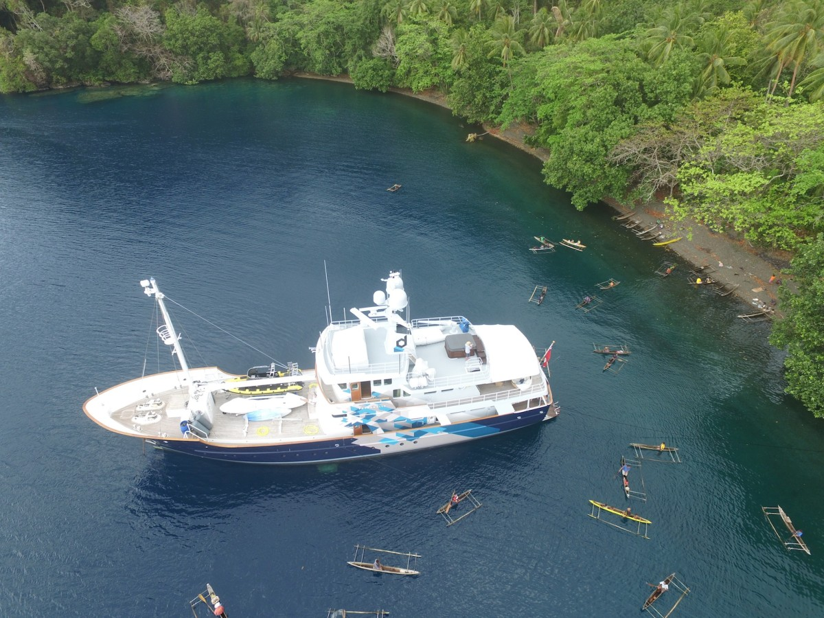 The Dardanella anchored at Dinah's beach at the village of Laudi, Milne Bay Province, Papua New Guinea, October 2015. Foto: Craig de Wit. c TBA21