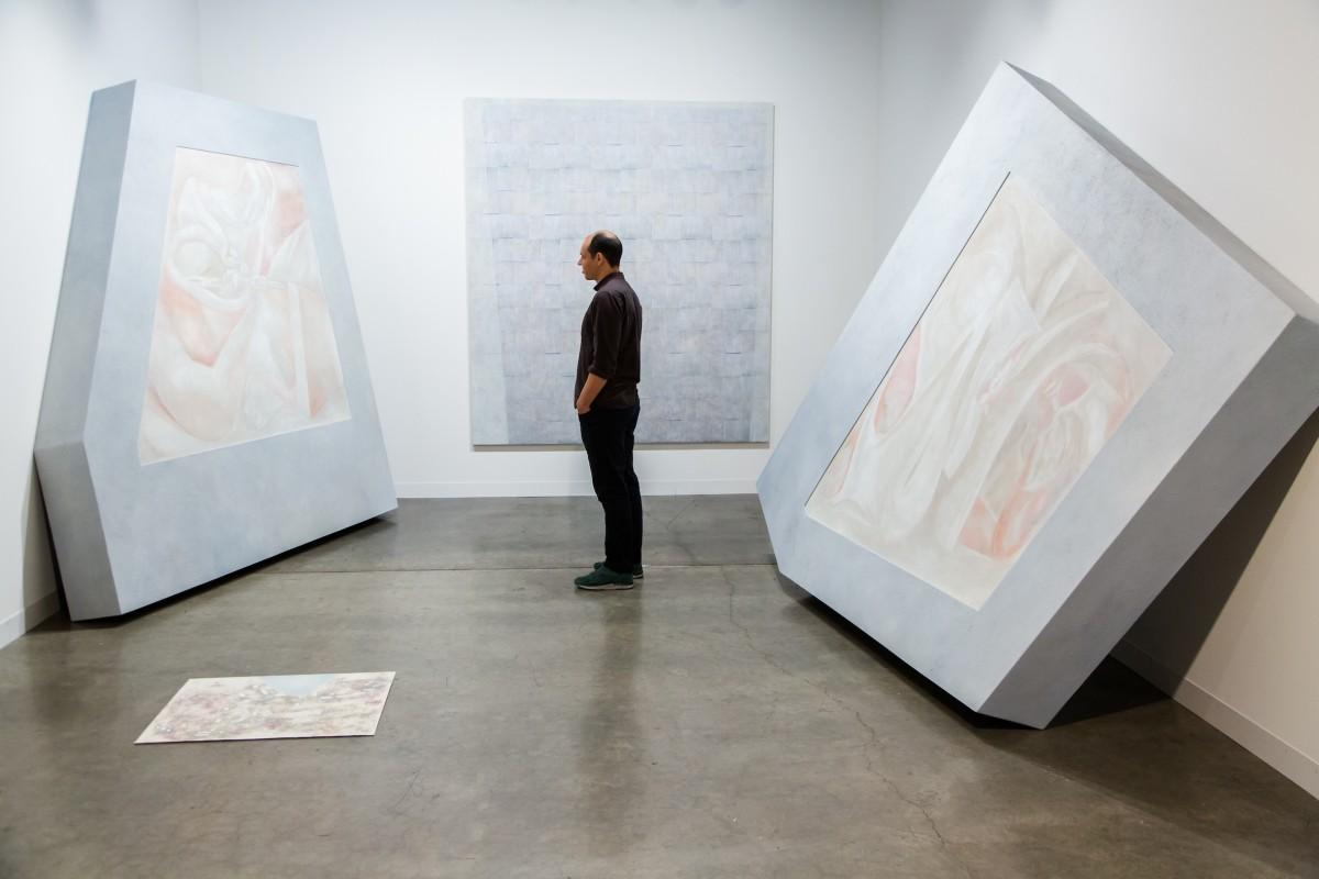 Dan Bayles zwischen seinen Werken am Stand der Galerie. c Art Basel