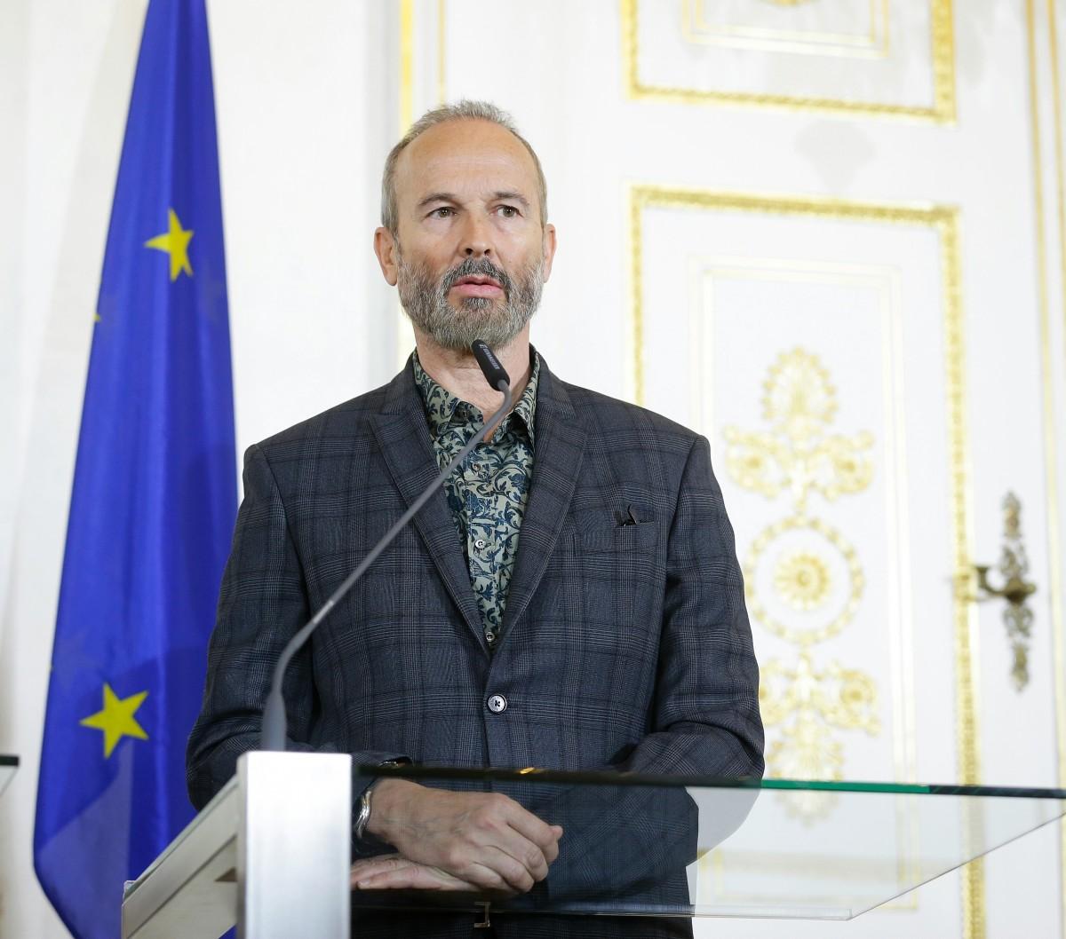 Am 1. April 2016 stellte Kunst- und Kultusminister Josef Ostermayer im Rahmen eine Pressekonferenz die Kommissärin und teilnehmende Künstlerinnen und Künstler für die 57. Kunstbiennale in Venedig vor. Im Bild Künstler Erwin Wurm.