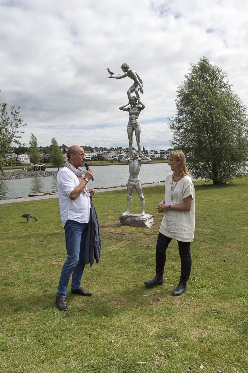 """Florian Matzner und Lucy Orta vor der Skulptur """"Totem mit Elster"""", Teil der """"Spirits of the Emscher Valley"""" von Lucy + Jorge Orta, 2016"""