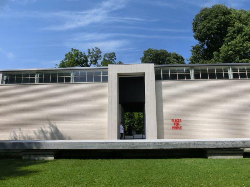 Pavillon Österreich (mit dem unsäglich überflüssigen Balken davor,hingebaut von der ARchitektur Biennale-Kommissärn 2016)