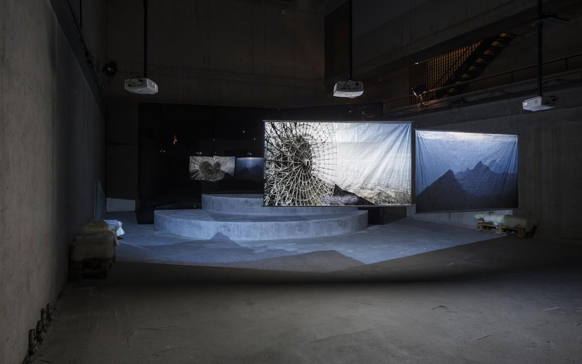 Hito Steyerl Installationsansicht. Foto Timo Ohler