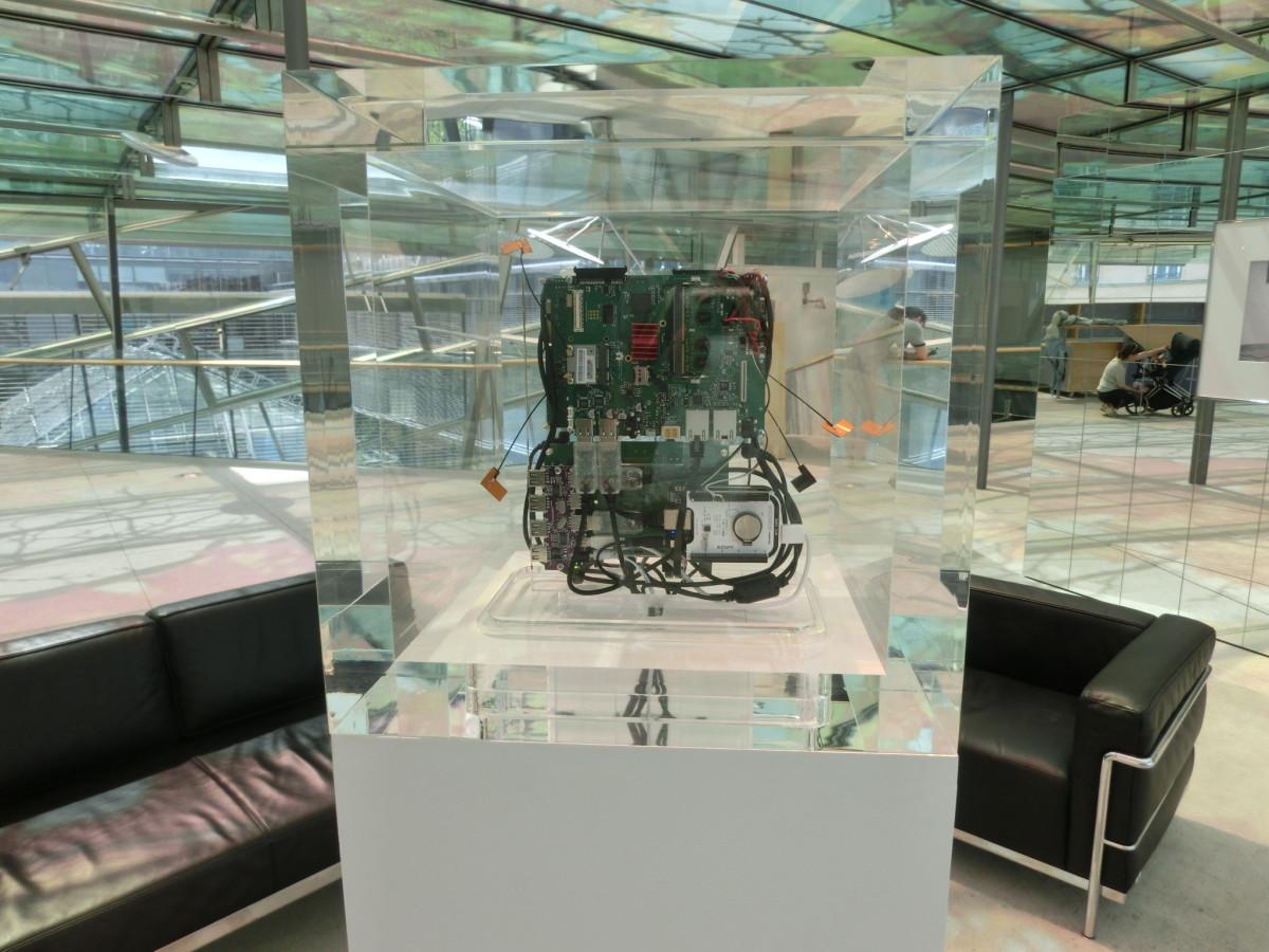 Trevor Paglen / Jacob Appelbaum, Autonomy Cube, Computerbauteile, Plexiglasbox, 2015 // SBV