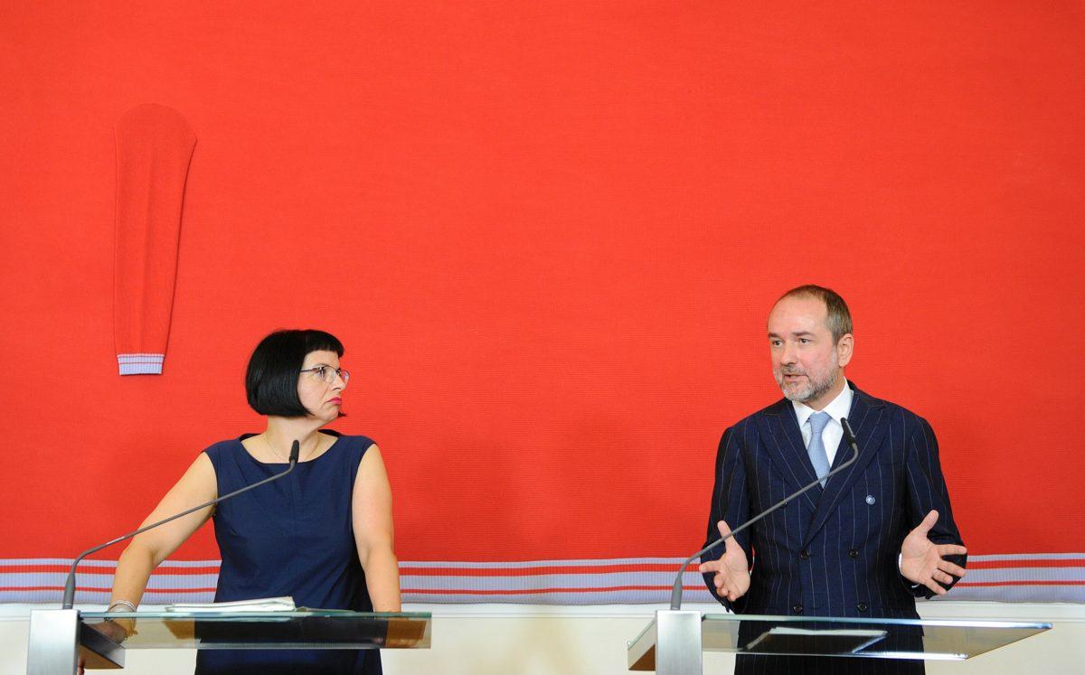 Am 27. Juli 2016 gab Kunst- und Kulturminister Thomas Drozda (r.) gemeinsam mit Andrea Ecker (l.), Sektionschefin für Kunst und Kultur eine Pressekonferenz zur Neuausschreibung der wissenschaftlichen und kaufmännischen Geschäftsführung der Österreichischen Galerie Belvedere. Foto Regina Aigner