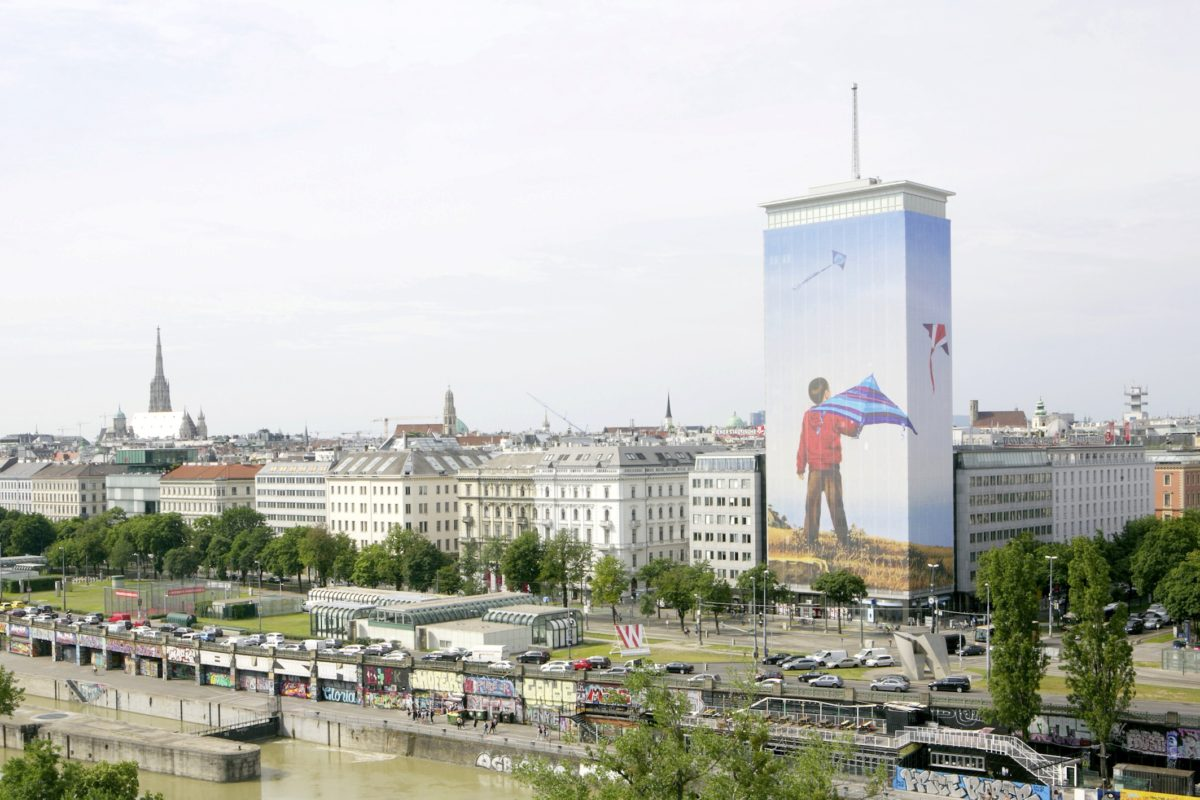"""Wien, Ringturm, verhüllter Ringturm; das Werk """"Sorgenfrei"""" des tschechischen Künstlers Ivan Exner prägt über die Sommermonate das Wiener Stadtbild. Korr."""