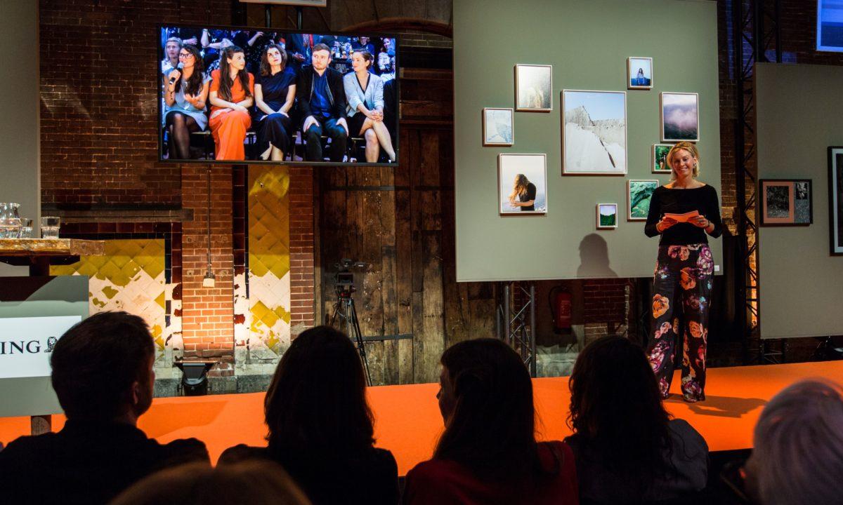 Sanne ten Brink, Headcurator ING Collection, mit Finalisten auf der Leinwand, 2016. Foto Iris Duvekot