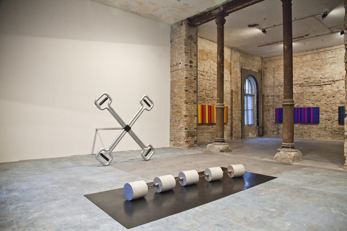 Skulpturen von Toni Schmale, im Hintergrund Malerei von