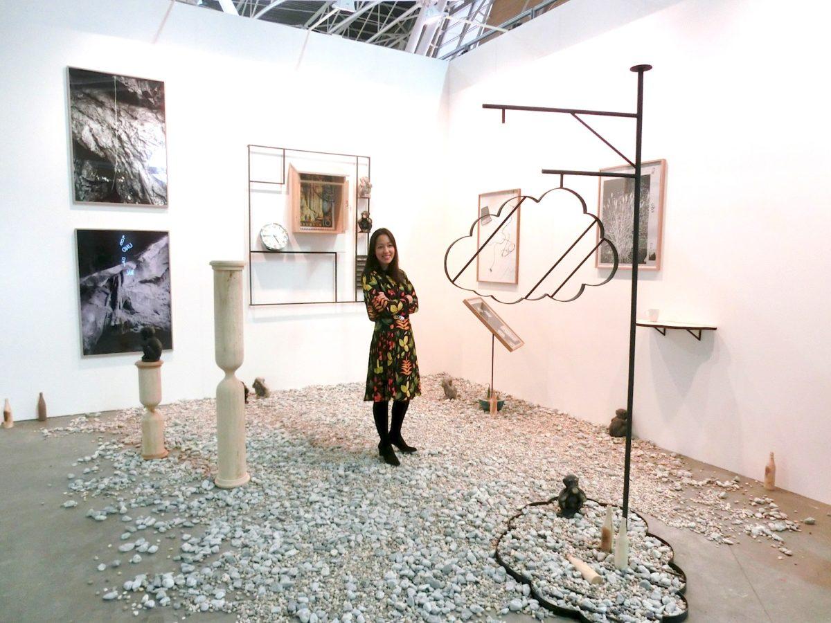 Nathalie Halgand in ihrem Stand mit Werken von Sh.. // SBV