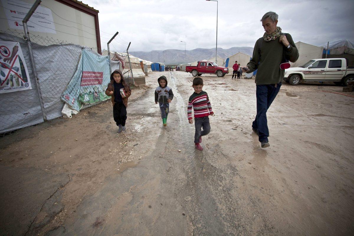 Francis Alÿs während seines Besuchs des Camp Shariya in Norden des Irak im February 2016. Courtesy Ruya Foundation