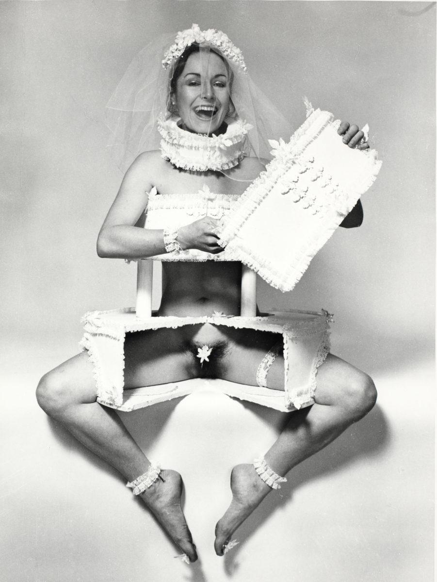 Penny Slinger, Wedding Invitation –2 (Art is just a piece of Cake), 1973 S/W-Fotografie / b/w photography. © Penny Slinger / Courtesy of Gallery Broadway 1602, New York / SAMMLUNG VERBUND, Wien