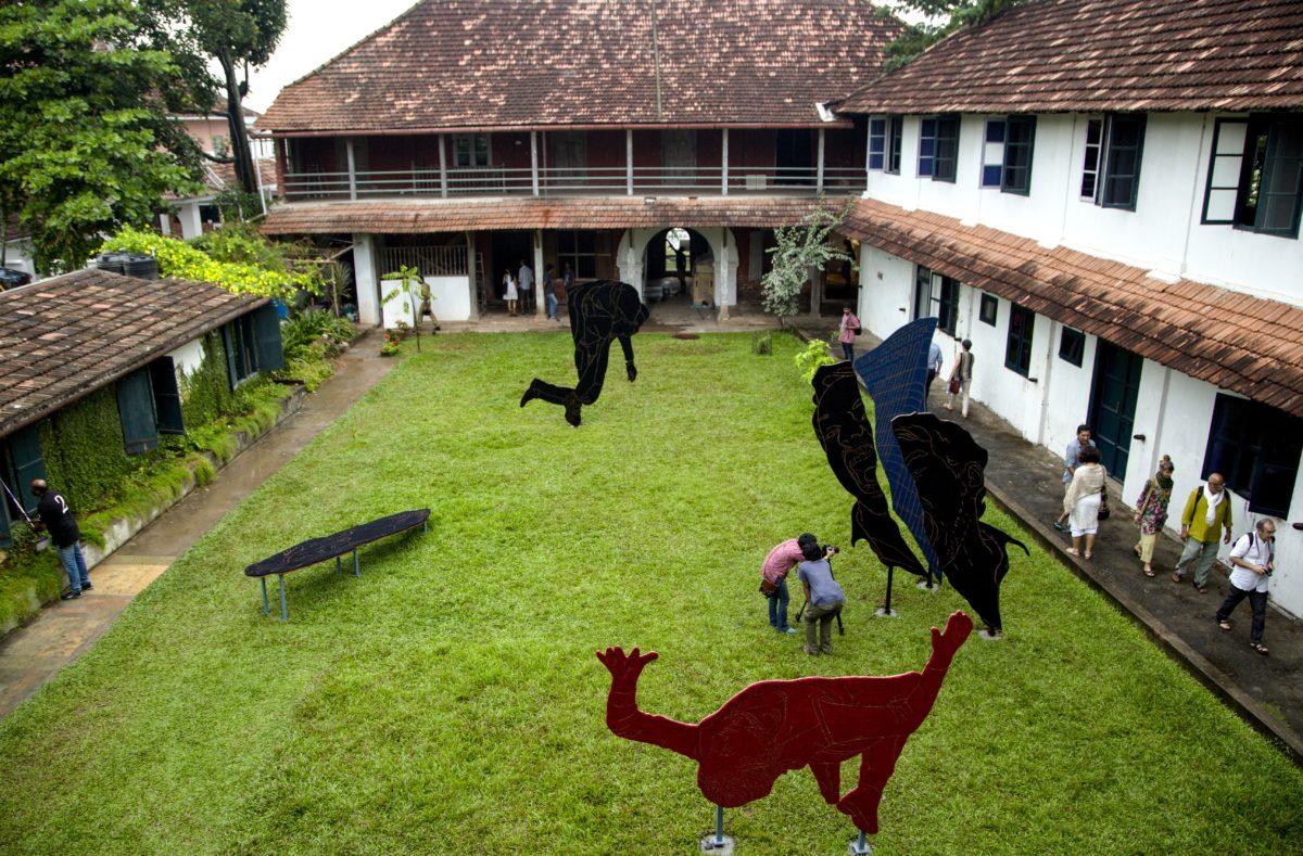 Praneet Sois Skulpturen aus Kokosbast im Innenhof von Pepper House. Foto Kochi Biennale Foundation