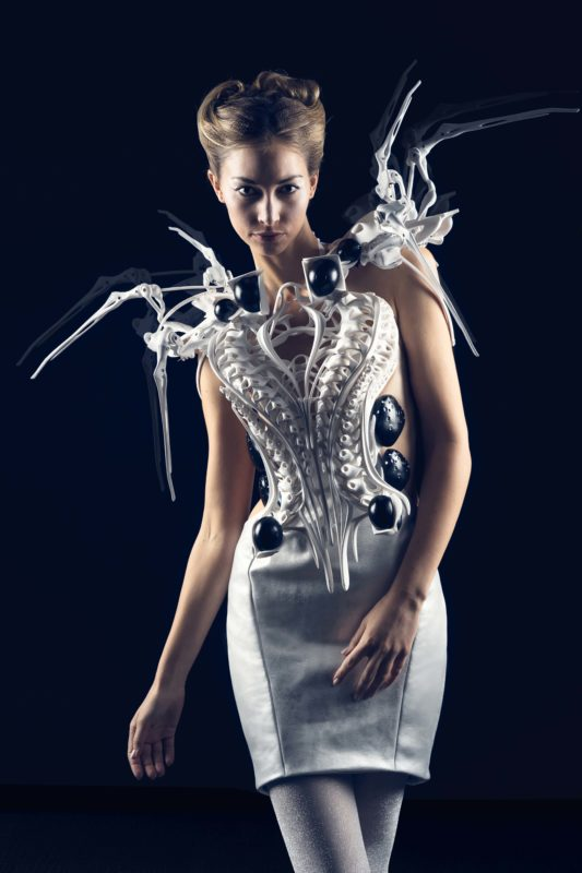 Anouk Wipprecht, Spider Dress 2.0, 2015; Roboterkleid, 3-D-Druck mit Intel Edison Microcontrollern © Anouk ipprecht/Foto: Jason Perry