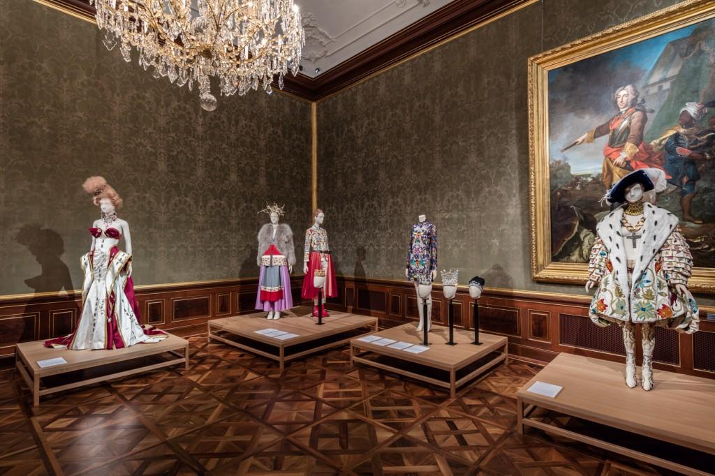 Vor dem Portrait von Freiherr von Bartenstein (Mitte 18. Jh.) John Galliono für Christian Dior, Stiefel von Manolo Blahnik, Hut von Stephen Jones