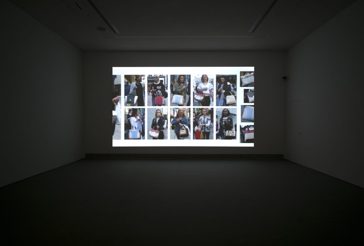 Hans Eijkelboom, The Street & Modern Life, Birmingham, U.K., 2014, digitales Video, Installationsansicht, EMST – Nationales Museum für Zeitgenössische Kunst, Athen, documenta 14, Foto: Mathias Völzke