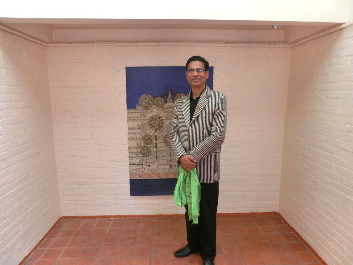 S. C. Suman (Nepal) vor seiner Zeichnung Jhaap, 2017. Foto SBV