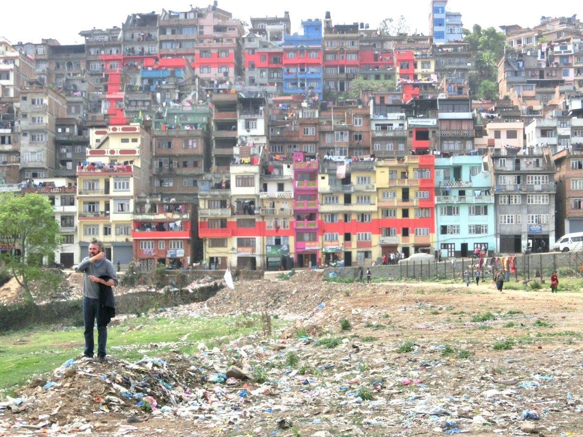 Amrit Karki (Nepal), Rechteck, 2017, Farbe auf Hausfassaden, vorne Philip van Cauteren. Foto SBV