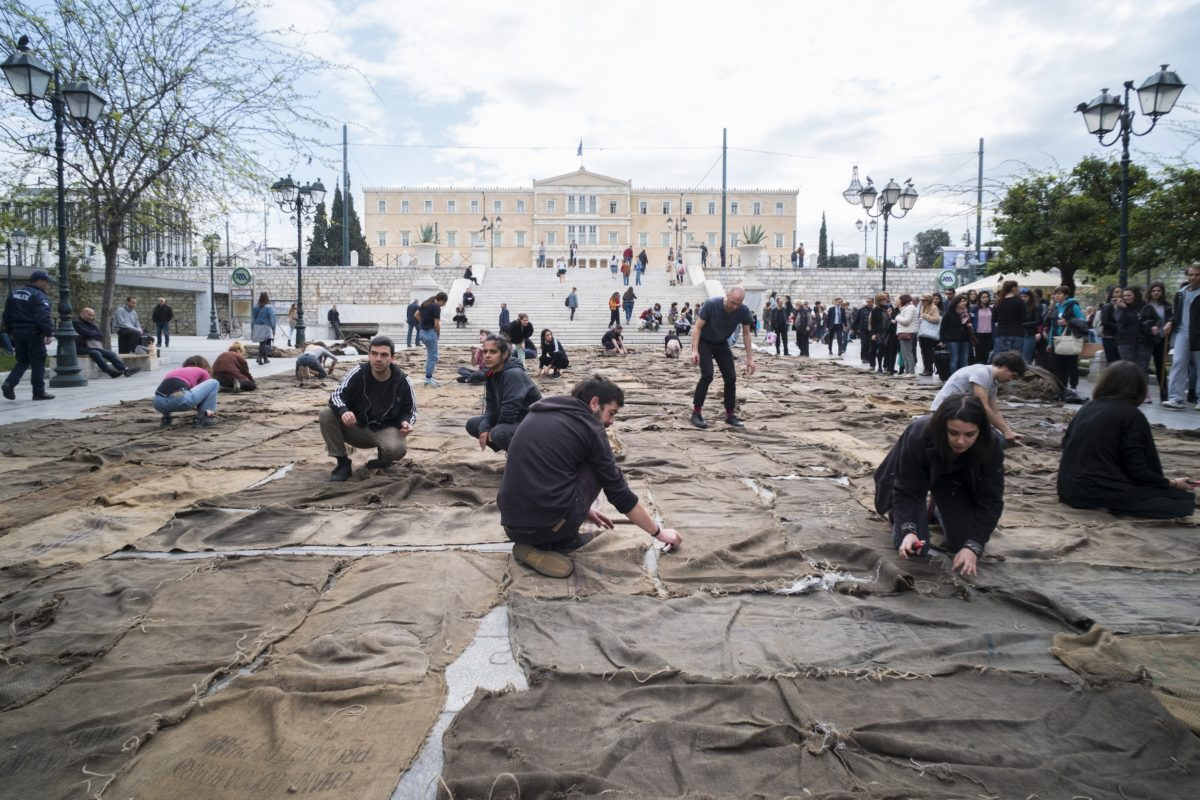 Ibrahim Mahama, Check Point Prosfygika. 1934–2034. 2016–2017, 2017, Performance mit Kohlesäcken auf Syntagma Platz, Athen, documenta 14, Foto: Mathias Völzke