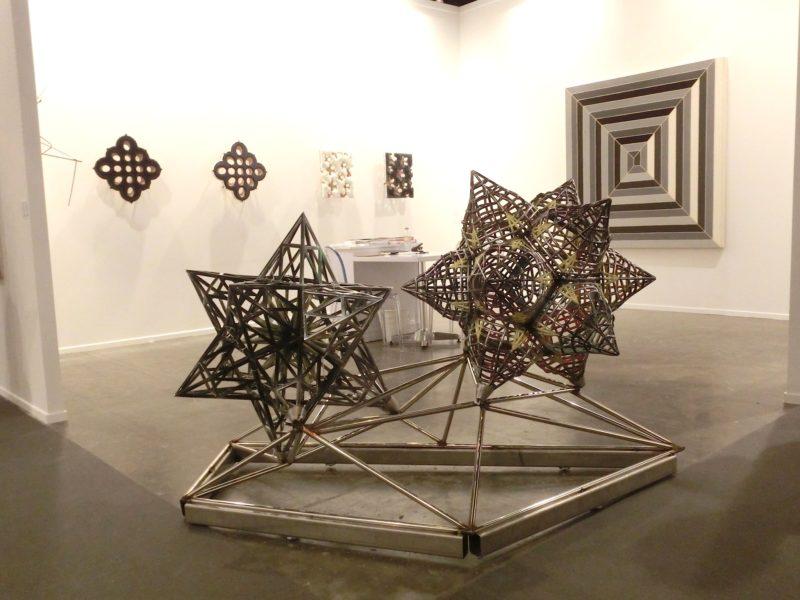 Frank Stella am Stand der Gallery Marianne Boeske