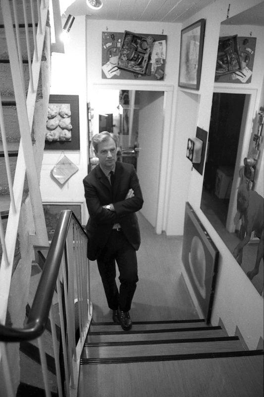Wolfgang Hahn auf der Treppe seines Kölner Wohnhauses, 1968 © ZADIK – Zentralarchiv für deutsche und internationale Kunstmarktforschung, Köln © Photo: Rainer K. Wick, 1968