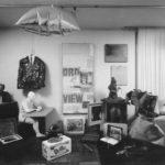 Wolfgang Hahn im Wohnzimmer umgeben von Objekten aus seiner Sammlung, Köln, um 1970 © ZADIK – Zentralarchiv für deutsche und internationale Kunstmarktforschung, Köln