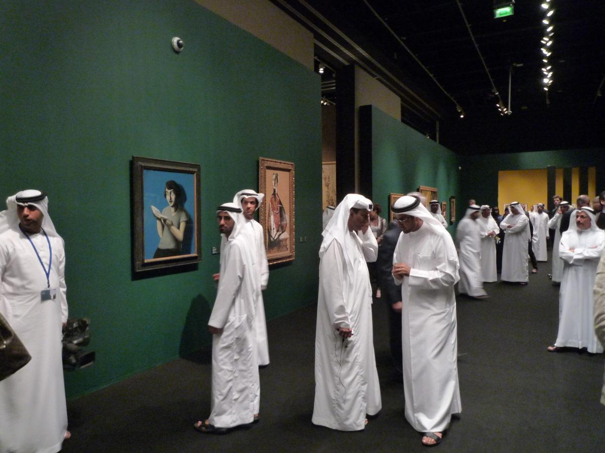 """Eröffnung von """"Birth of a Museum"""", Abu Dhabi 2013. Im Hintergrund René Magrittes """"Submissive Reader"""" (1928) und Picassos """"Portrait of a Lady"""" (1928)"""