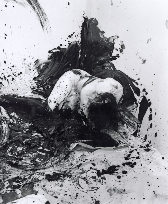 Günter Brus, Portfolio Ana IV, 1964/2004 SW-Fotografie. Foto: Khasaq (Siegfried Klein), © Belvedere, Wien