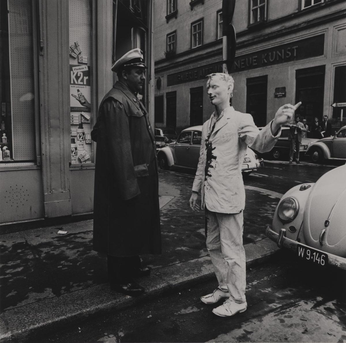 Günter Brus, Wiener Spaziergang, 1965. SW-Fotografien, Sammlung Günter Brus. Foto: Ludwig Hoffenreich, © Günter Brus