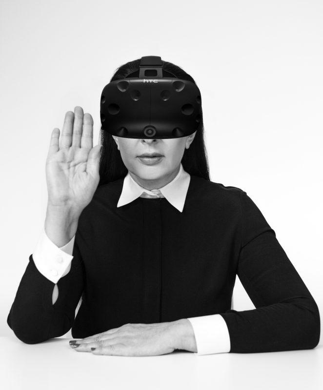 Marina Abramoiv mit VR-Brille. c