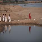 Astha Butail in Süd-Indien, am Palar Fluss, Chengelpet, bei der Arbeit mit vier Ghanapatis (Erinnerungsexperten, welche die gesamten Lobeslieder in acht verschiedenen Überlierungsmustern gelernt haben), 2018. Foto: Astha Butail. © Astha Butail