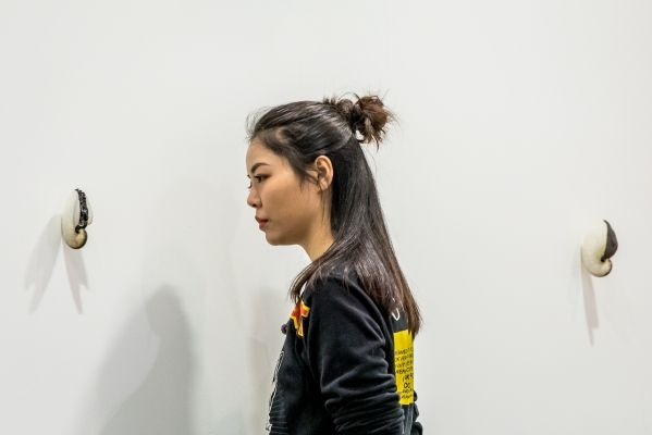 Muschl-Objekte von Zac Langdon-Pole am Stand der Galerie Michael Lett auf der Art Basel in Hongkong 2018. (c) Art Basel. (03/2018)