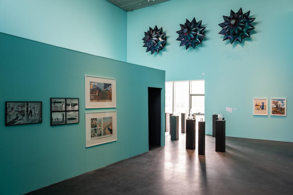 Installationsansicht CRUDE, kuratiert von Martaza Vali. Oben rechts: Monira