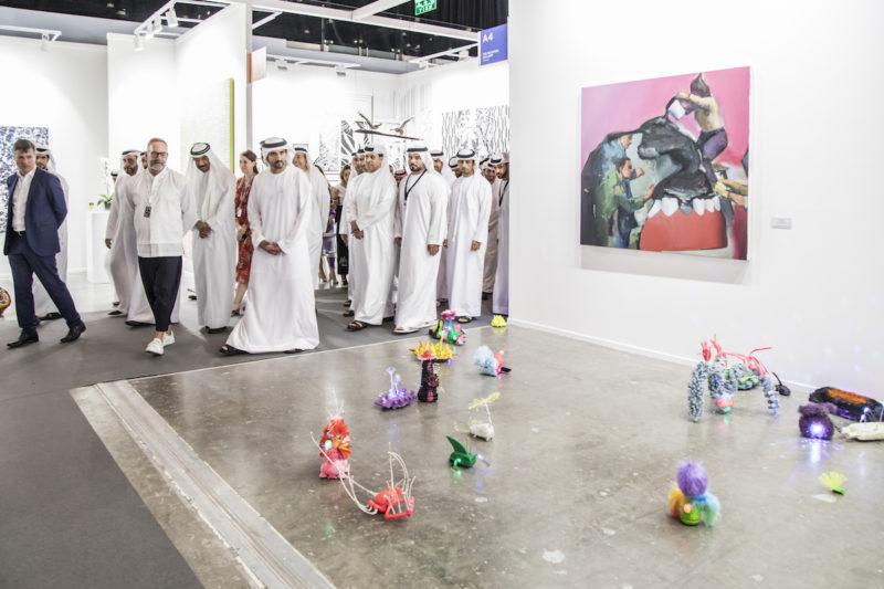 HH Sheik Hamdan bin Mohammed bin Rashid al Maktoum, Kronprinz von Dubai, am Stand der Rooster Gallery, Vilnius, Art Dubai 2019. Courtesy Photo Solutions