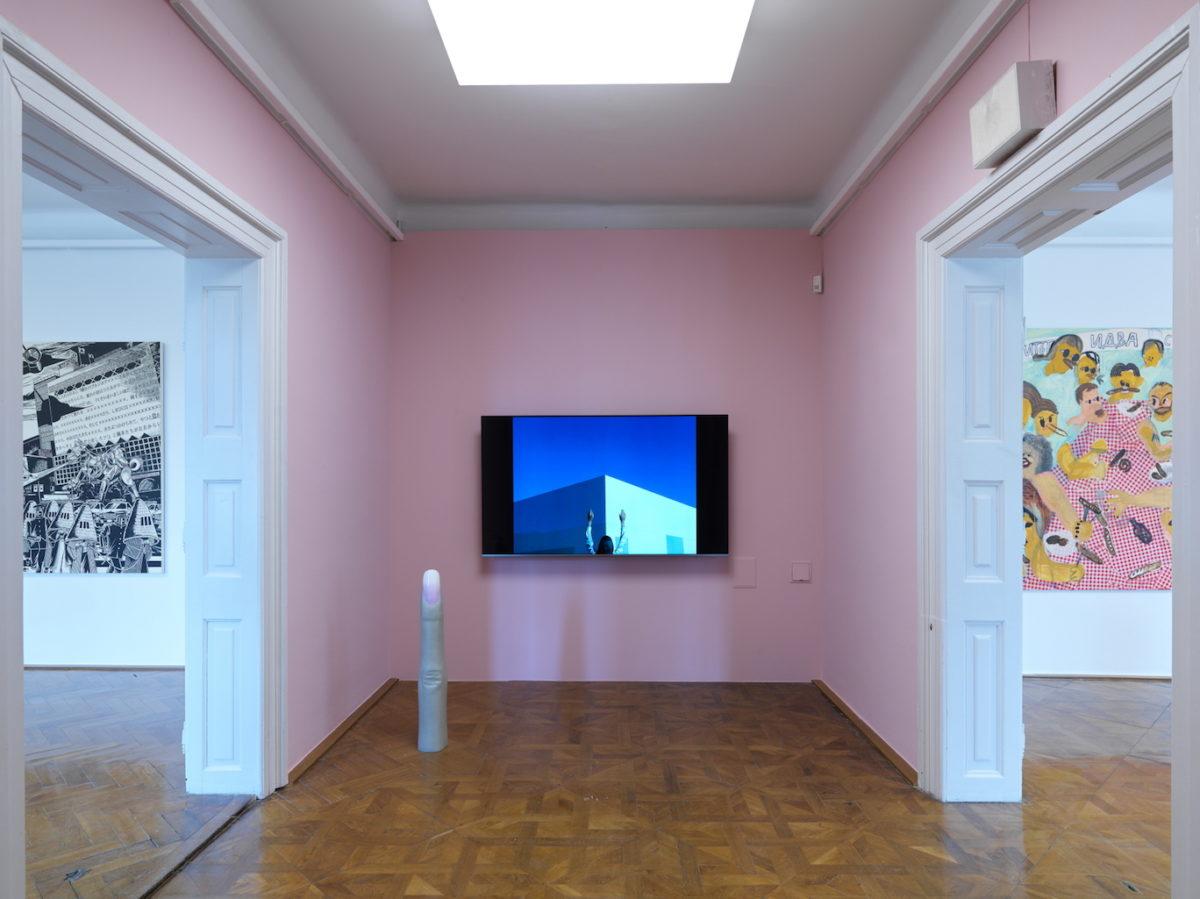 Sachiko Kazama, Holzdruck (links); Martina Vacheva (rechts); Anna Uddenberg, Finger V, 2018; Martine Gutierrez, Video (Mitte). Foto Jaka Babnik, 33. Graphik Biennale Ljubljana