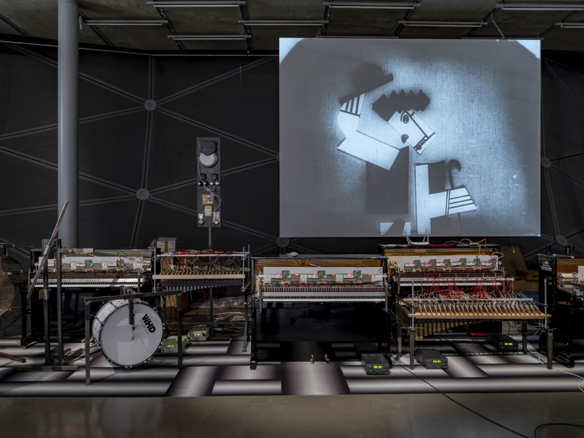 "Ausstellungsansicht Peter Kogler, Connected, mit F. Legers Film ""Ballet machinique"". Kunsthaus Graz 2019"