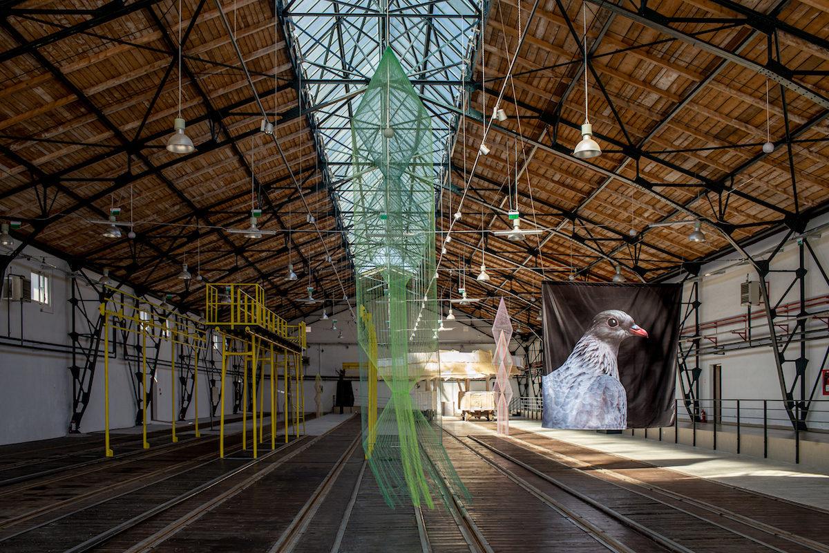 Installationsansicht des Corneliu Miklosi Public Transport Museum, Art Encounters Biennial 2019. Vorne: Bella Rune; rechts: Agnieszka Polska, The Wayward Pigeon, 2019. Foto Adrian Câtu