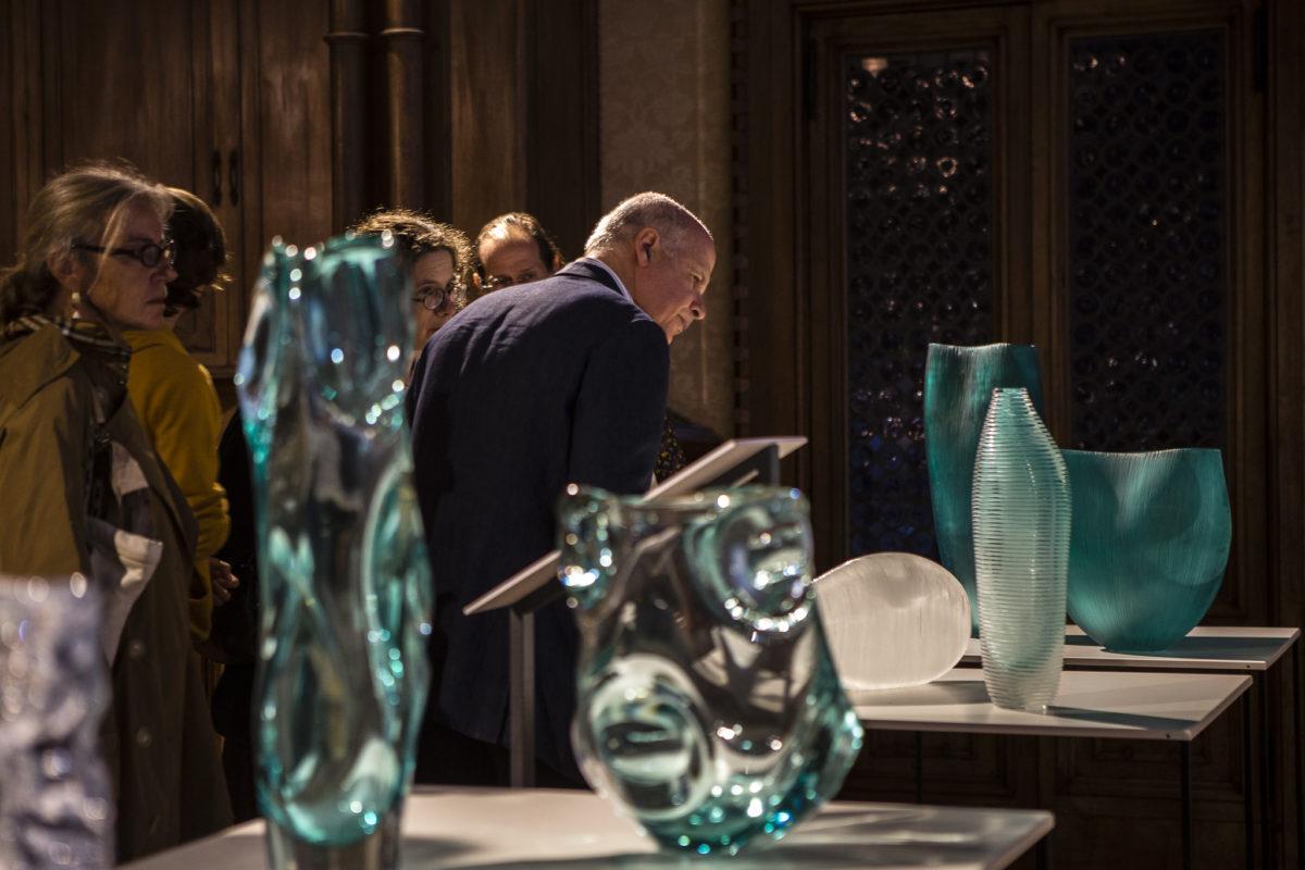 David Landau vor Glasobjekten von , Foto Venice Glass Week 2019