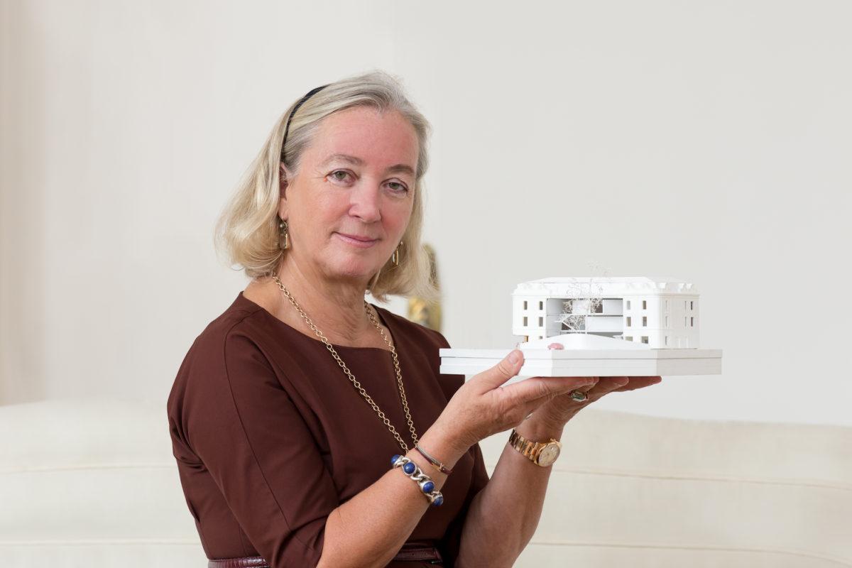 Direktorin Agnes Husslein mit the next ENTERprise-Entwurf des Heidi Horten Museums