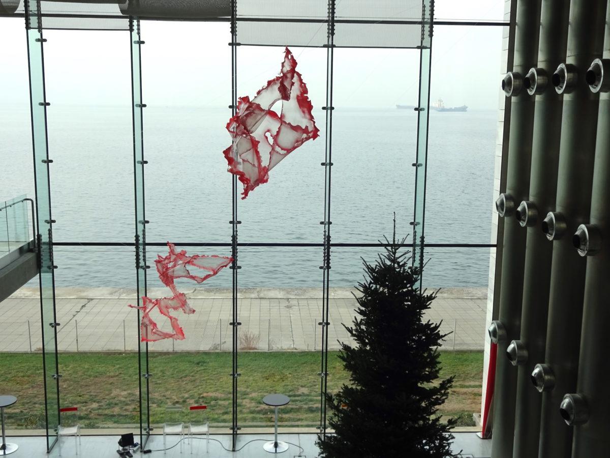 7. Thessaloniki Biennale, Konzerthalle mit Werken von Aljoscha (im Bild) und außen einer Skulptur von Nicolas Kozakis & Raoul Vaneigem // SBV