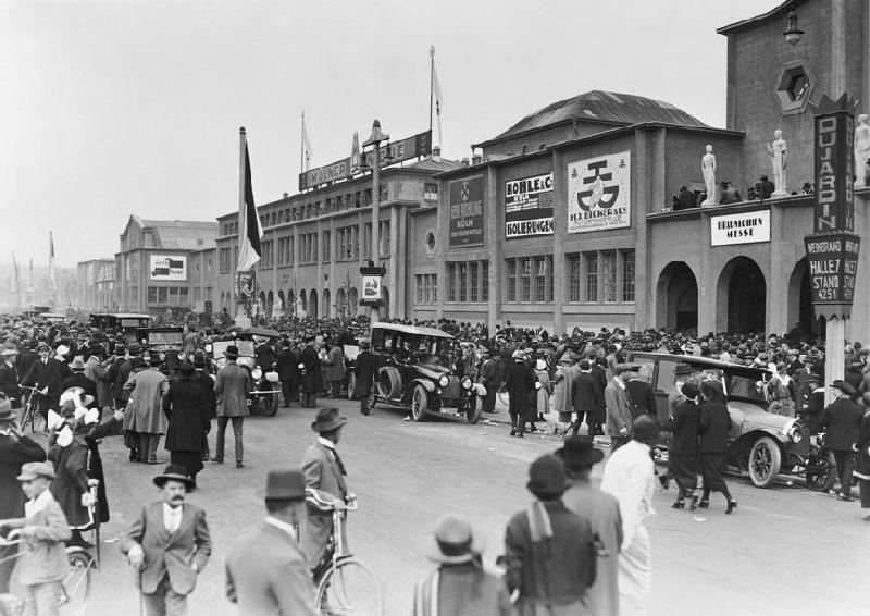 Ein Bild aus der Frühphase: 1924 - Der Andrang auf der Frühjahrsmesse ist groß. Foto Köln Messe