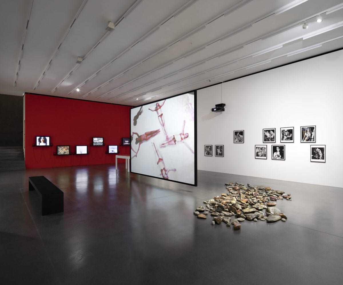 vorne: Carolee Schneemann, Meat Joy(1964 / 2008) and Aura Rosenberg, Dialectical Porn Rock Circle(1990–1993), installation view. Photo: Maja Wirkus