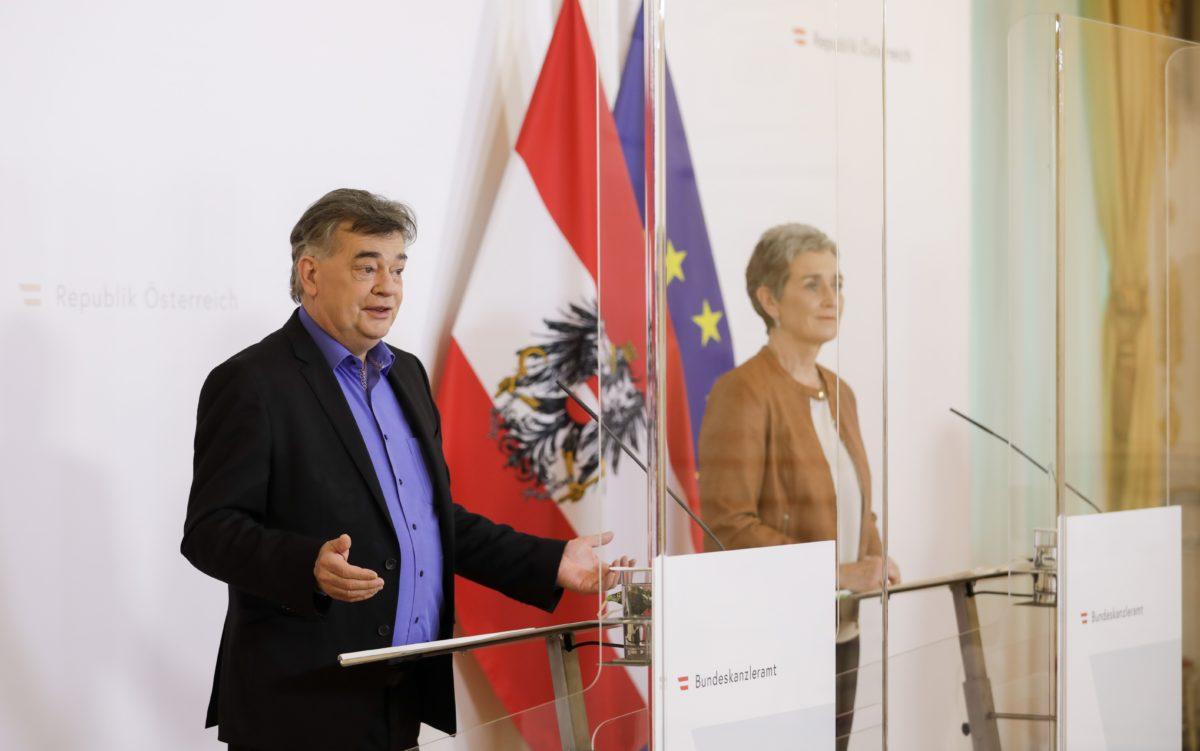 Am 17. April 2020 fand ein Pressestatement zu den Maßnahmen gegen die Krise im Bundeskanzleramt statt. Im Bild Vizekanzler Werner Kogler (l.) und Staatssekretärin für Kunst und Kultur Ulrike Lunacek (r.).