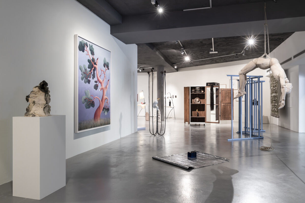 Ausstellungsansicht Biennale Gherdëina 7 2020, Foto Ph.-T. Sorvillo / L. Guadagnini (Paloma Varga Weisz, Bois Dormant – Cabinet 2, 2015 (Courtesy of the artist and Konrad Fischer Galerie, Düsseldorf), Agnieszka Brzeżańska, Sound Sculpture, 2018 (Courtesy of the artist and Galeria BWA, Warsaw), Agnieszka Brzeżańska, Ludgarda Sienko, World National Park, 2019, and Paolo Icaro, Forma Di Spazio, Zig – Zag, 1967 (Courtesy of the artist and P420 Gallery, Bologna)