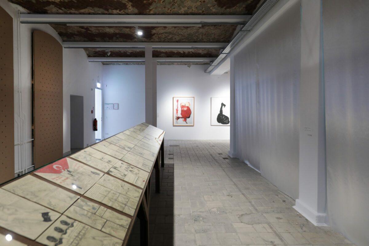 Zehra Doğan, Xêzên Dizî [Die versteckten Zeichnungen], 2018–20. Installationsansicht (Detail), 11. Berlin Biennale, KW Institute for Contemporary Art, 2020. Courtesy Zehra Doğan. Foto: Silke Briel