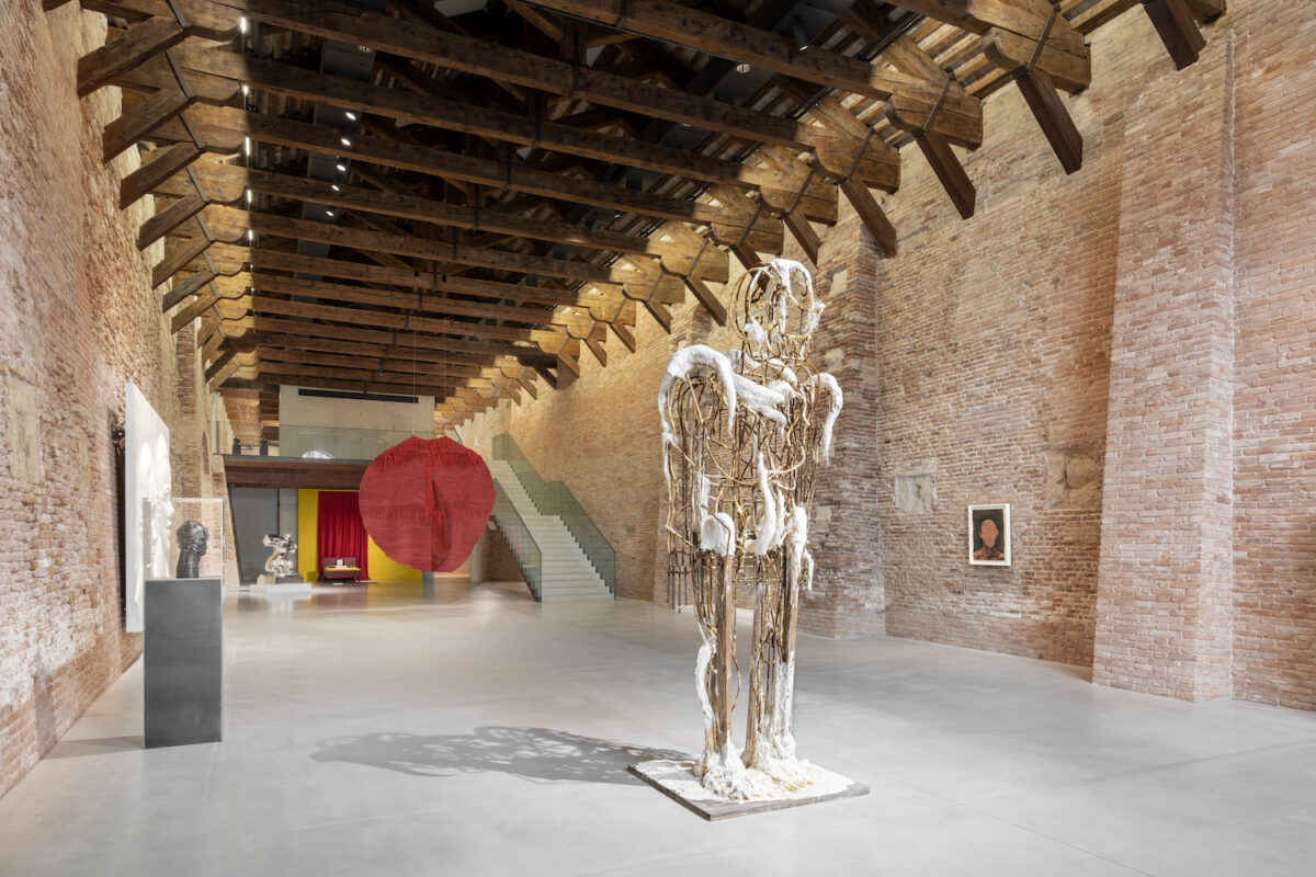"Installationsansicht ""Untitled"", 2020, Punta Della Dogana, in der Mitte Thomas Houseago, Beautiful Boy, 2009. Courtesy Künstler und Gagosian Gallery. Copyright Palazzo Grassi, Foto Marco Cappelletti"