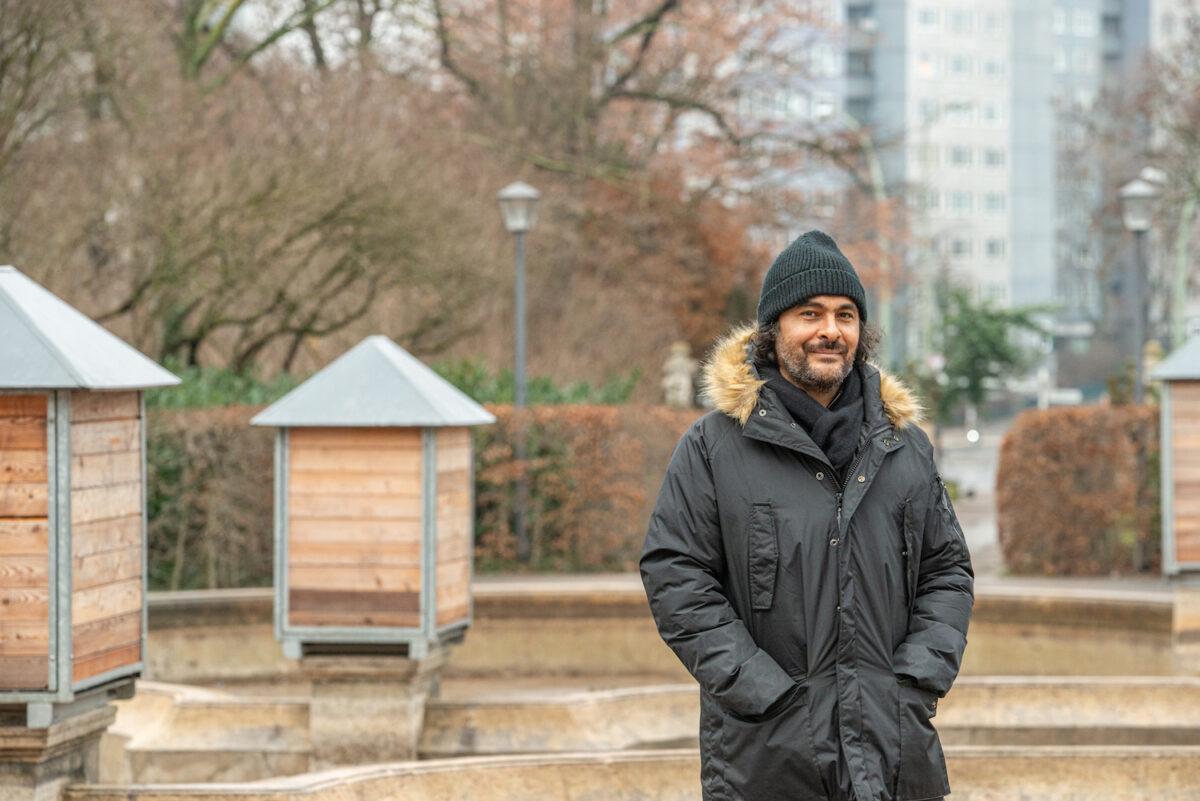 Portrait von Kader Attia, dem Kurator der 12. Berlin Biennale, Foto: F. Anthea Schaap