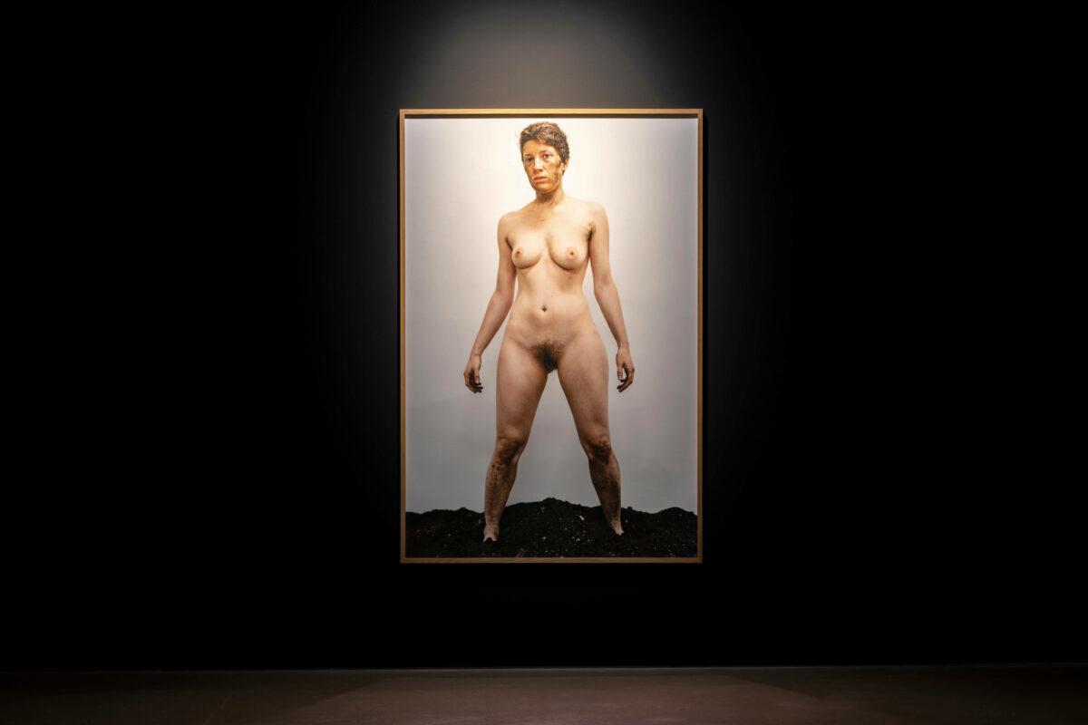 Esther Strauß Opa, 2015 Performance-Fotografie Pigmentdruck, gerahmt 167 x 111 cm Courtesy die Künstlerin Foto: Günter Kresser. Taxispalais Innsbruck