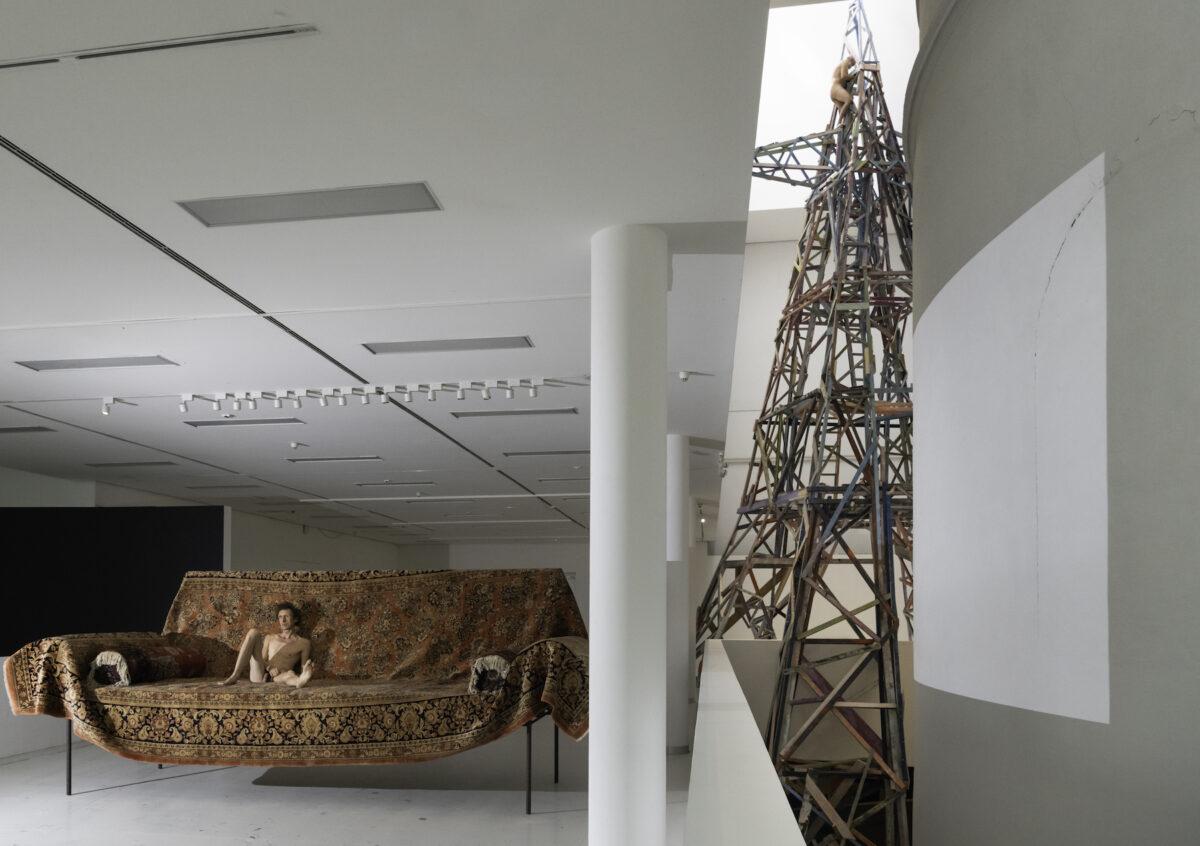 "Gelitin, Installation 1. Obergeschoss, links ""Gelitin Couch"" 2020, hinten ""Saft Mast"" 2021. Foto Daniel Jarosch"